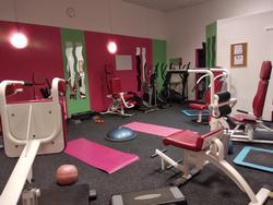 Aura Fitness klub Strašnice Praha 10 blízko Eden Vršovice Zahradní město se skvělou dostupností přímo na metru Strašnická. Životní styl moderní ženy je ve znamení fitness a wellness. Důvodem pro změnu a udržení životního stylu je dobrá tělesná kondice, lepší a pevné zdraví.